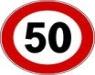 Un cartello stradale con il limite di 50 chilometri orari