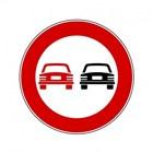Un cartello stradale con divieto di sorpasso