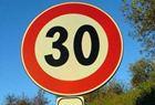 Un cartello stradale con limite di velcità di 30 km/h