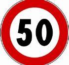 Un cartello stradale con limite di velcità di 50 km/h