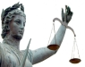statua di donna raffigurante la giustizia con bilancia in mano