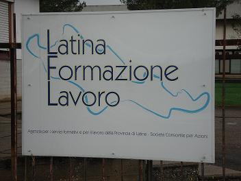 """I confini della Provincia di Latina con sopra la scritta """"Latina Formazione Lavoro"""""""