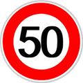 Un cartello stradale con limite di velocità di 50 km/h