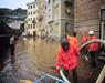 alluvione con volontari
