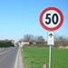 Un cartello stradale con il divieto di sorpasso