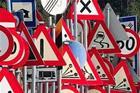 Un cartello stradale con i limiti di velocità